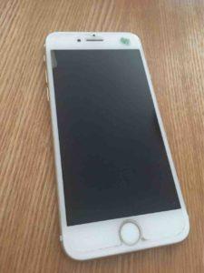 貼り替え前のiPhone。